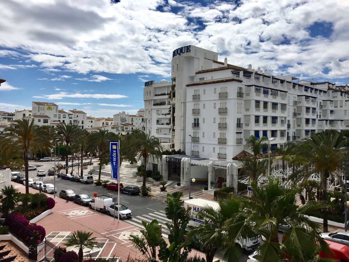 LOVELY BEACHSIDE APARTMENT - PUERTO BANUS. Situated in the up market and popular Las Gaviotas develo, Spain