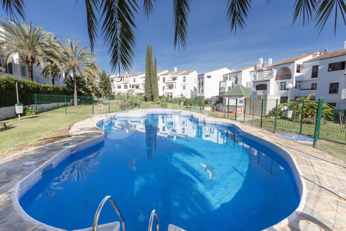 Middle floor apartment in El Paraiso, Estepona. It has an area of 108 m², distributed in living room, Spain