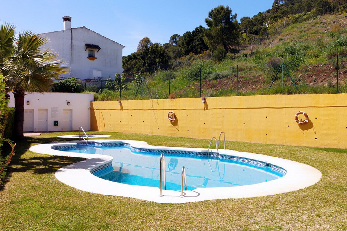 Detached Villa, Benahavis, Costa del Sol. 4 Bedrooms, 3 Bathrooms, Built 164 m².  Setting : Urbanisa, Spain