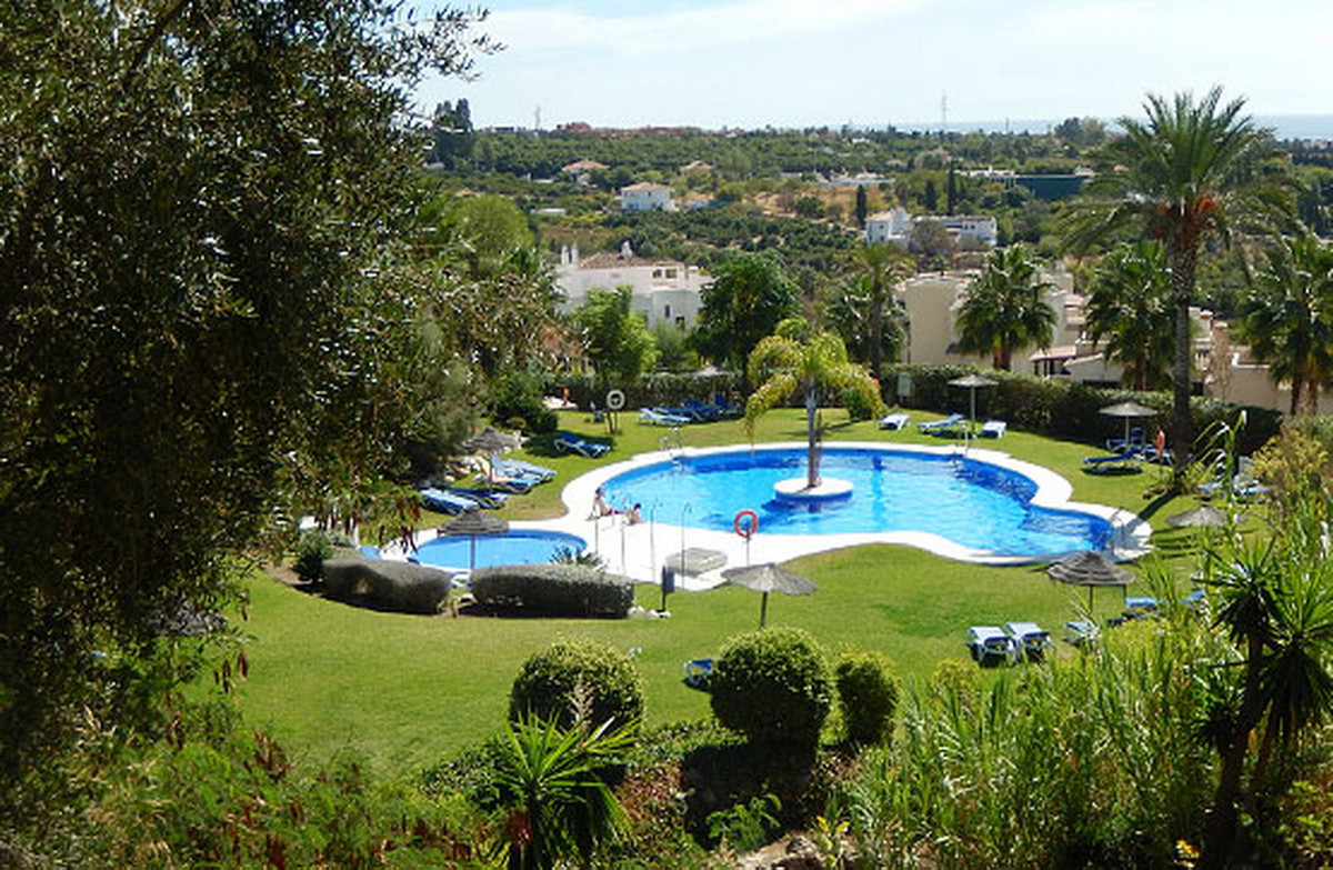 Penthouse in urbanization Terrazas del Sol, Selwo-Estepona. 73 sqm built distributed in living room,, Spain