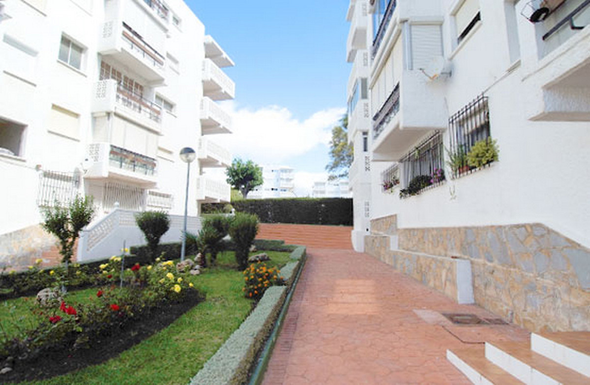 R3555322 | Middle Floor Apartment in Estepona – € 96,000 – 3 beds, 1 baths