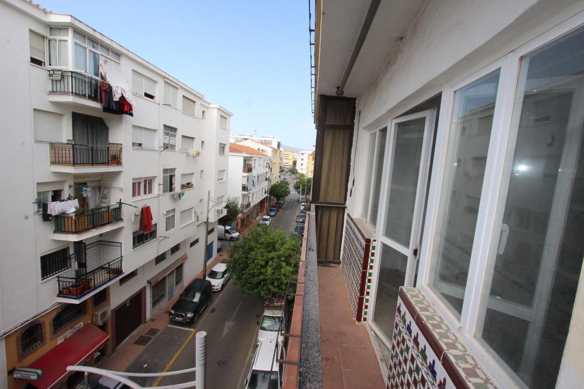 R3555325 | Middle Floor Apartment in Estepona – € 95,000 – 3 beds, 1 baths
