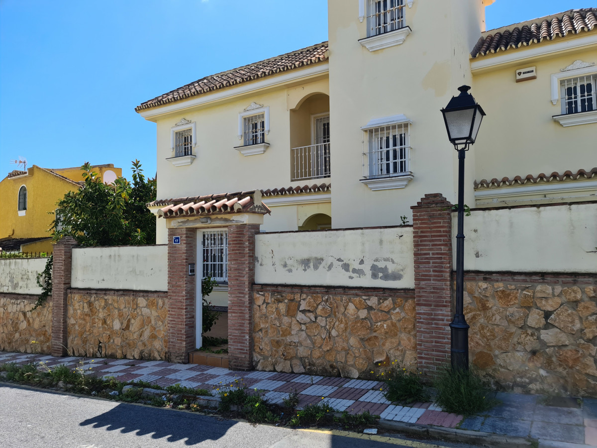 Detached Villa, Las Lagunas, Costa del Sol. 4 Bedrooms, 3 Bathrooms, Built 328 m², Garden/Plot 535 m, Spain