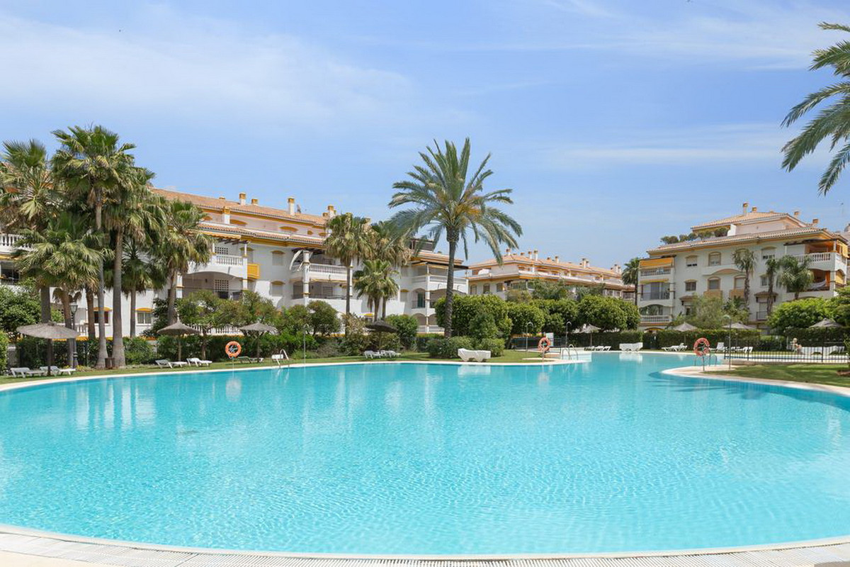 Middle Floor Apartment, Nueva Andalucia, Costa del Sol. 4 Bedrooms, 3 Bathrooms, Built 114 m².  Sett, Spain