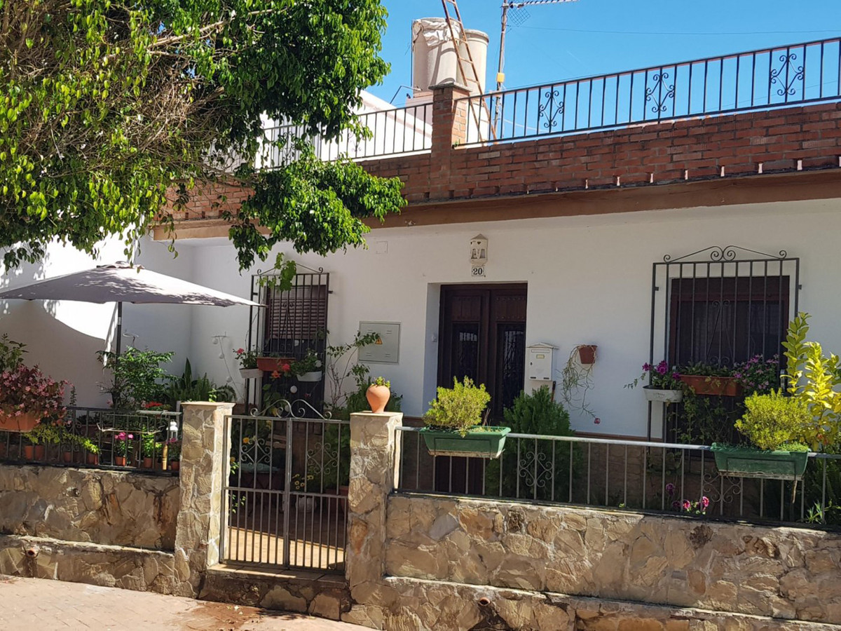 COZY TOWNHOUSE IN A CENTRAL AREA OF GUARO AND VERY CLOSE TO ALL SHOPS. THE HOUSE IS ON ONE FLOOR AND,Spain