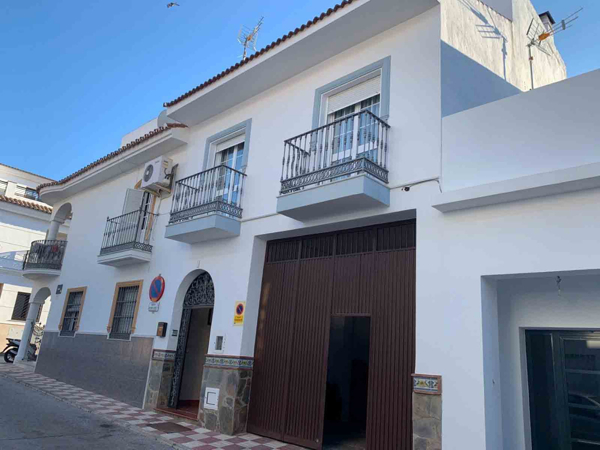 FANTASTIC TOWNHOUSE ON 3 FLOORS, LOCATED IN VERY QUIET AREA OF ALHAURIN EL GRANDE CONSISTS OF LARGE , Spain