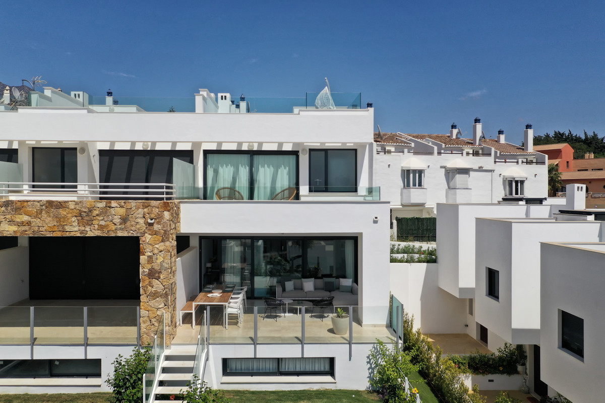 Townhouse for sale in The Golden Mile R3527923