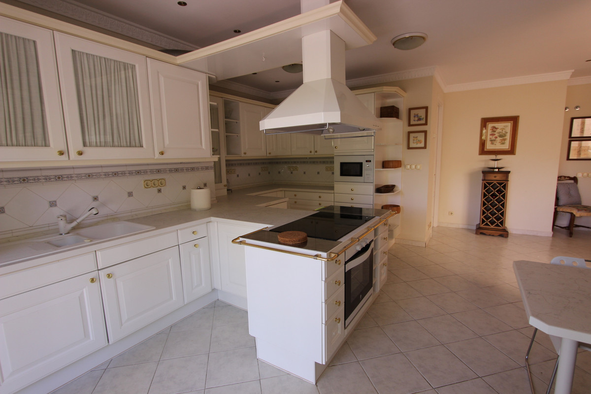 5 Bedroom Middle Floor Apartment For Sale Río Real