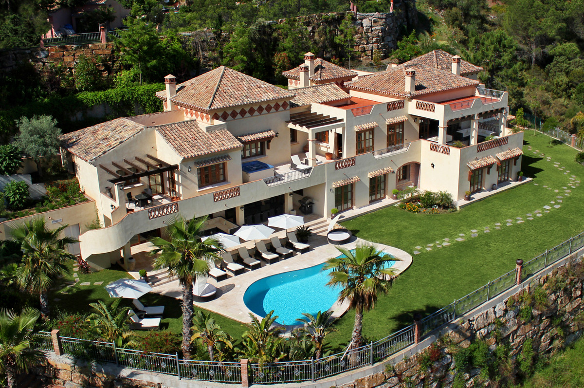 7 Bed Villa For Sale in El Madroñal, Benahavis