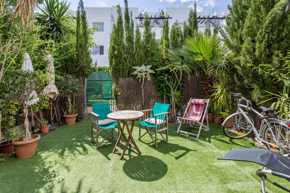 Garden apartment next to commercial area at El Paraiso Medio  This charming garden apartment settles, Spain