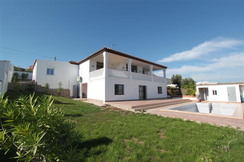 STUNNING VILLA FOR SALE IN ESTEPONA  Lovely Villa. Two floors. First floor: nice hall of entrance, w,Spain