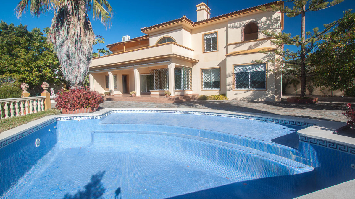 Magnificent villa for sale located between Estepona and San Pedro, with marvelous sea views. Plot of,Spain
