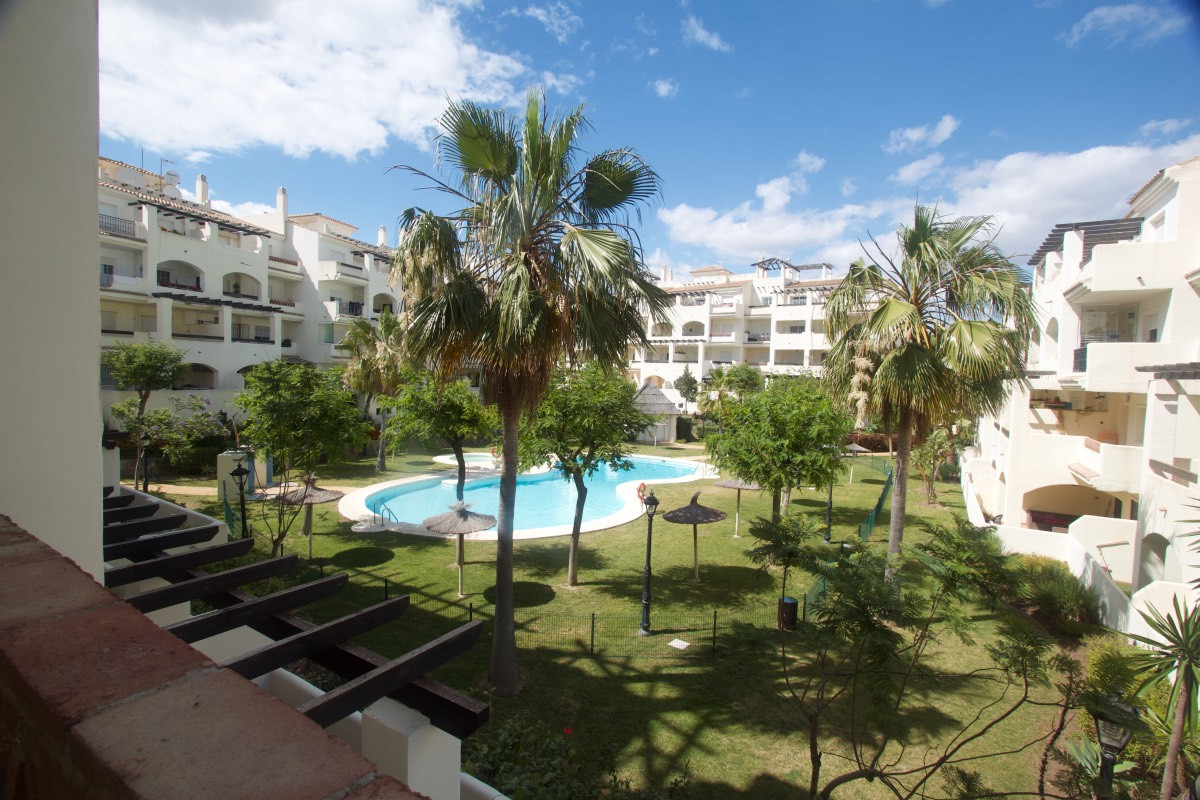 Middle Floor Apartment in La Duquesa R3201430