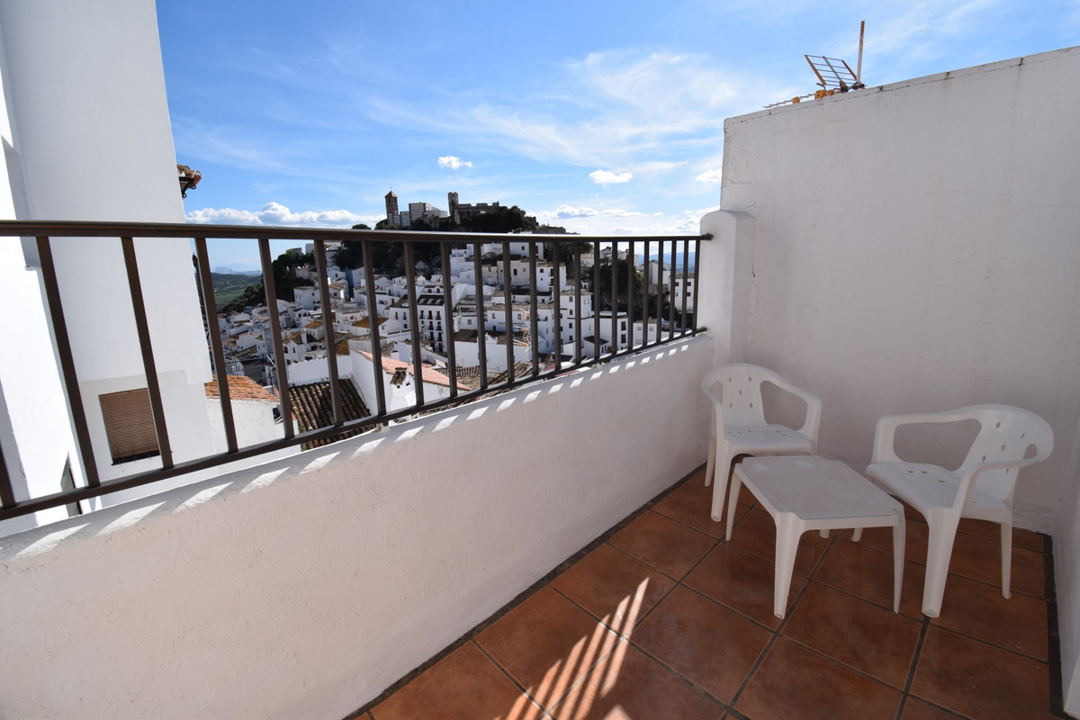 Charming townhouse for sale in Casares village with untinterrupted views of the village, the castle , Spain
