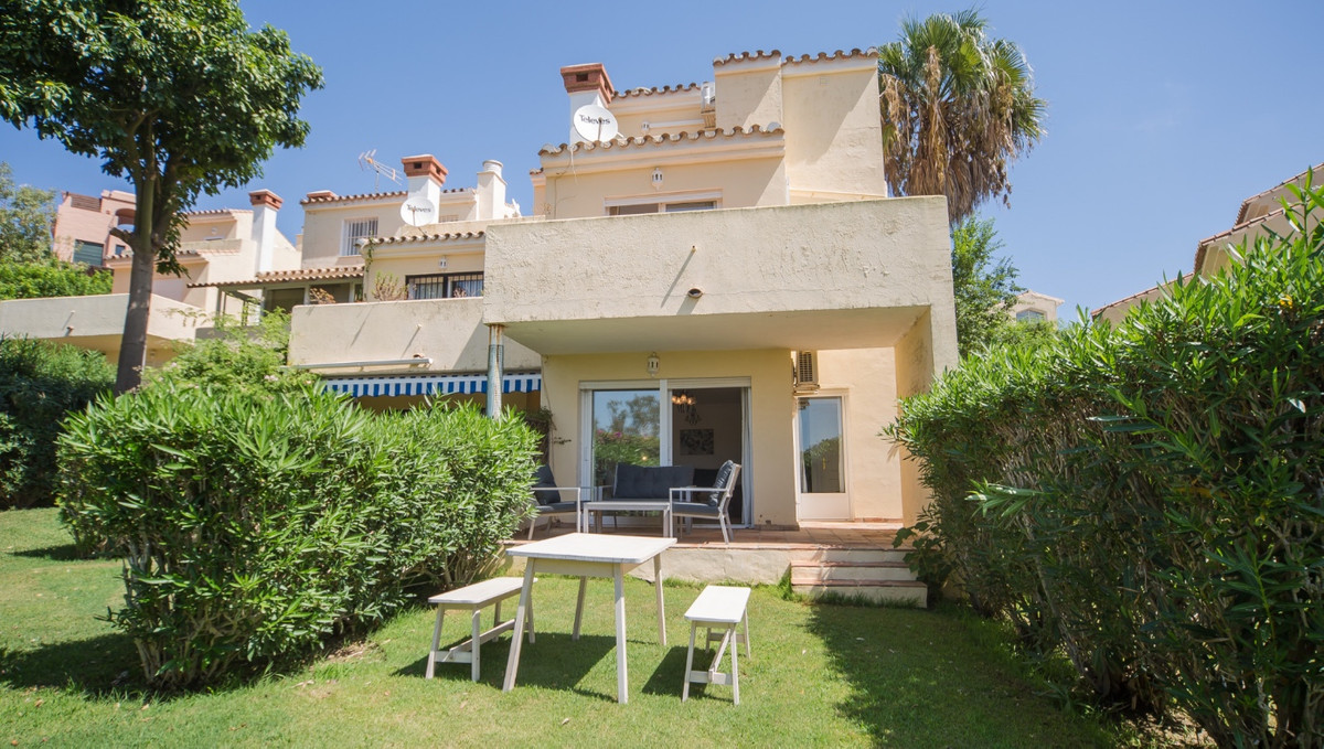Charming townhouse situated on a peaceful and well maintained urbanisation close to the picturesque , Spain