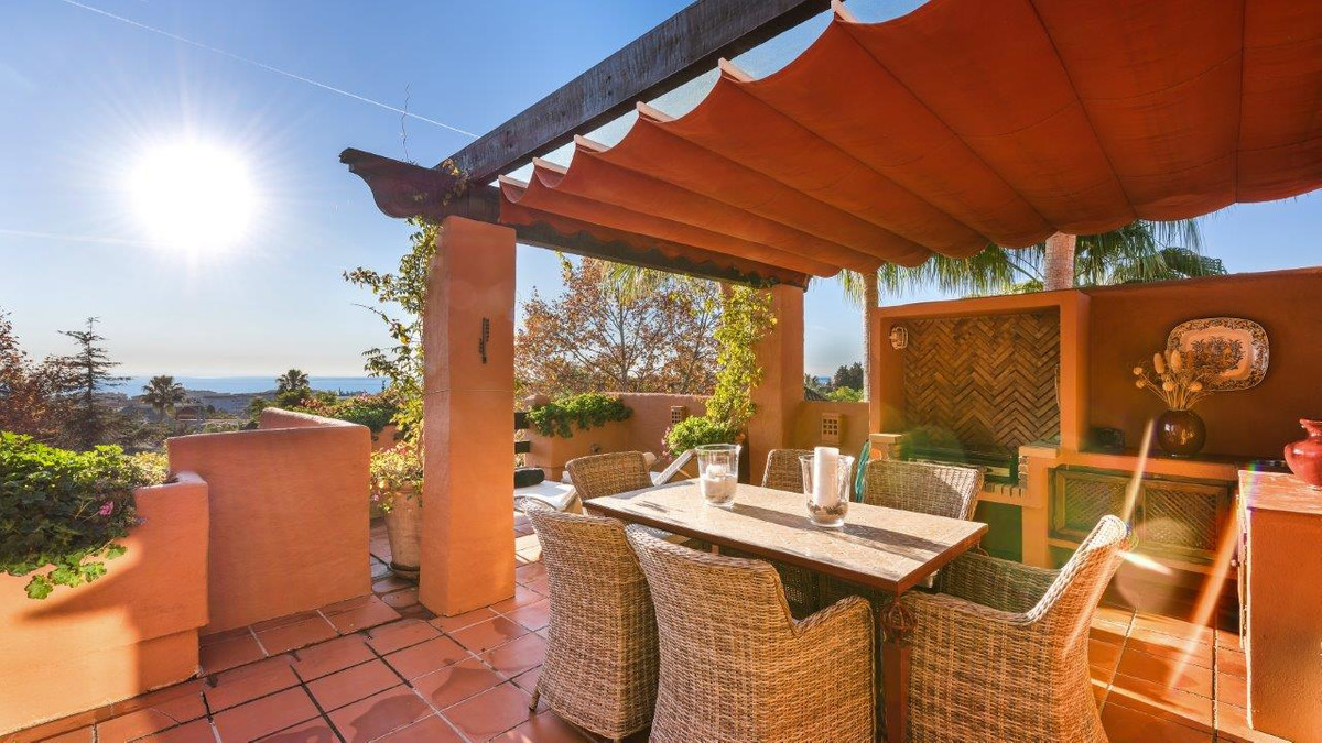 Stunning luxury penthouse just 10 minutes walking distance the port of Puerto Banus. Set in tropical,Spain