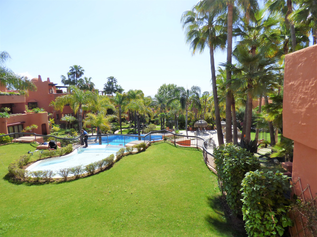Wonderful 2 bedroom 1st floor apartment in the exclusive resort of la Alzambra, the apartment is jus, Spain