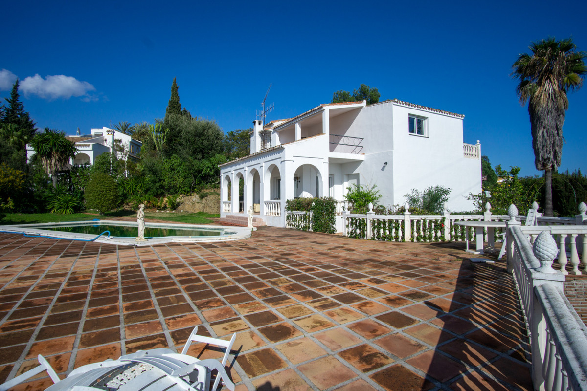 Great opportunity to reform! This villa is built on a large plot of 2220m2 in the highly sought afte,Spain