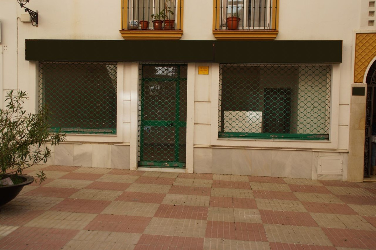Amazing commercial building.  Very central location.  It has two toilets. [IW],Spain