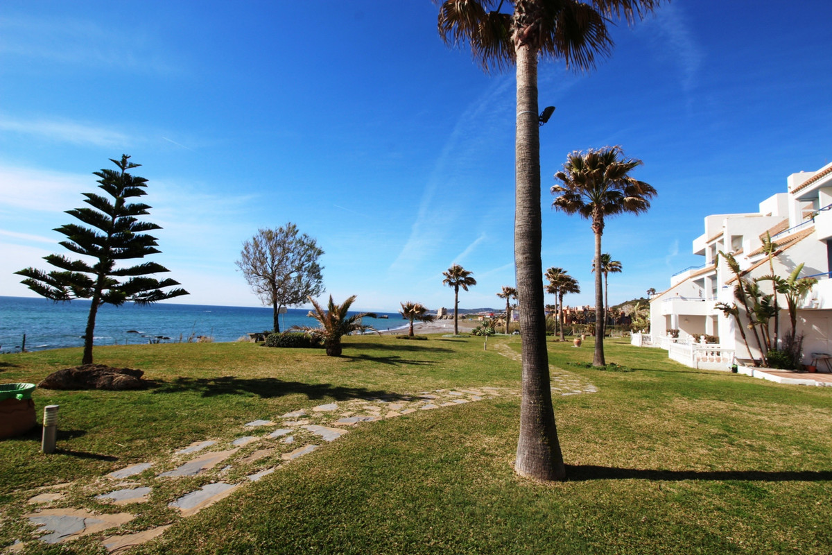 Great front line beach ground floor apartment, with excellent uninterrupted sea views. great conditi, Spain