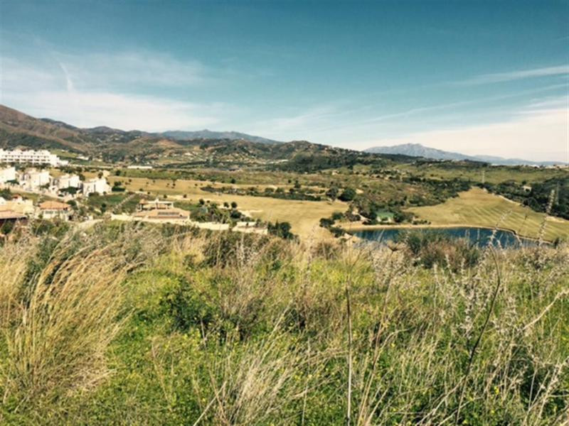 We are offering this fantastic large plot in the Valle Romano development. This surface area consist, Spain