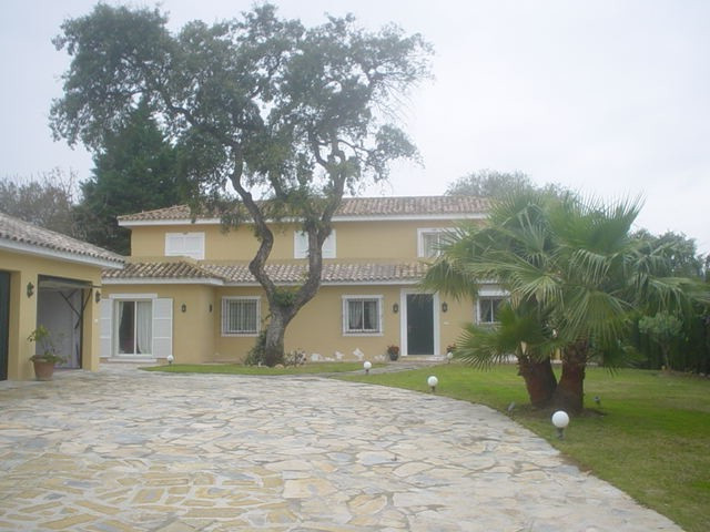Magnificent villa in a good area in Sotogrande costa with private pool and mature garden. The proper, Spain