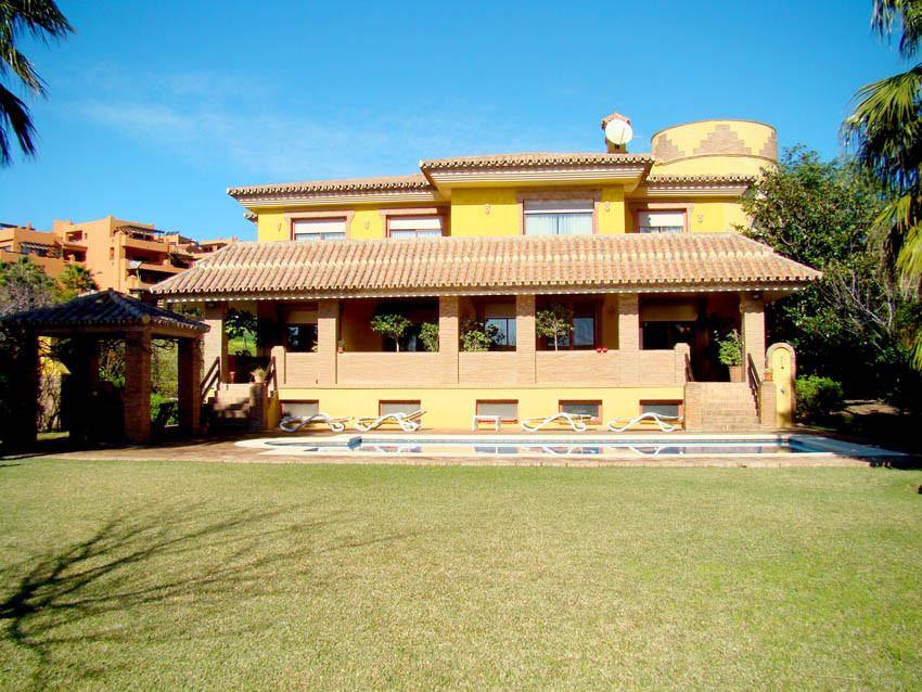 Villa de lujo, de estilo clasico, en un entorno mediterraneo espanol, que combina versatilidad, cons,Spain