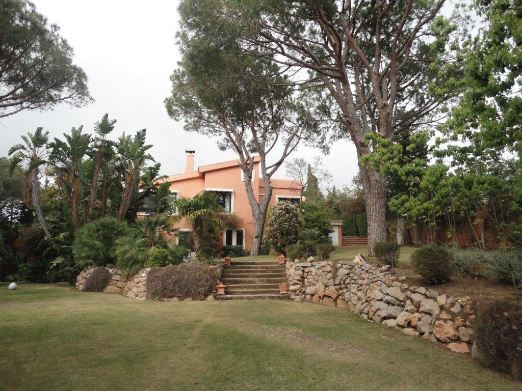 This enchanting classical style villa located in the lower part of Calahonda, it has generously spac, Spain