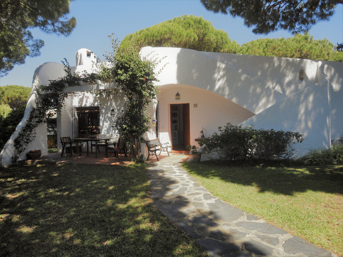 Detached villa with large private garden and community pool in the lower part of Calahonda. The hous, Spain