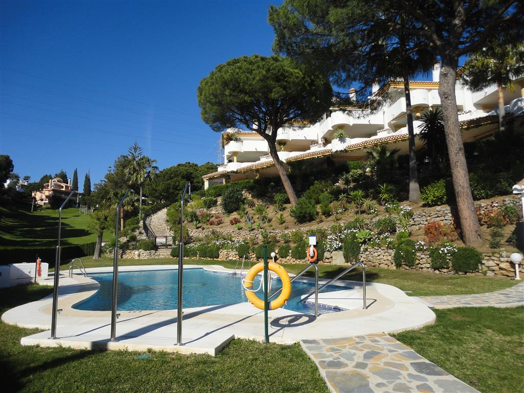 A corner 2 bedrooms, 1 bathroom ground floor apartment situated in the Golf course of la Siesta. Lov,Spain