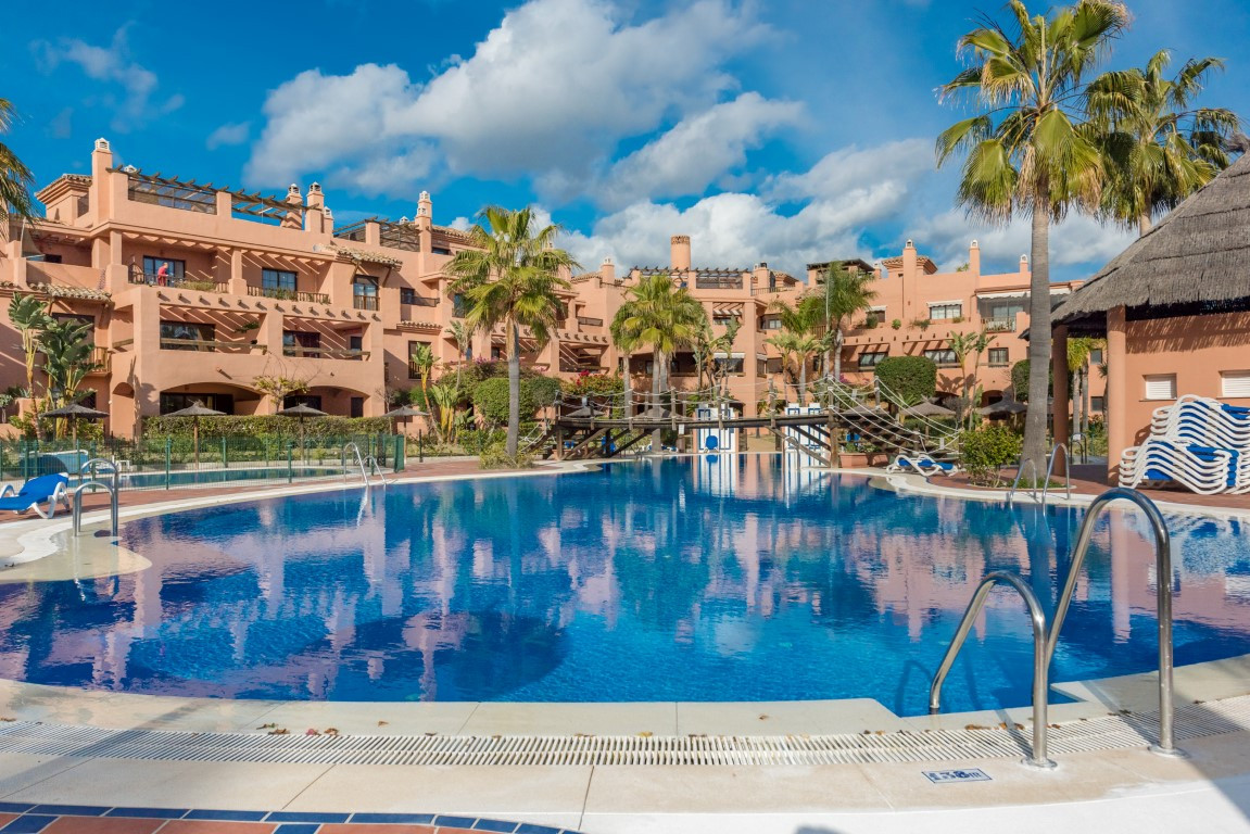 A well presented first floor apartment overlooking a swimming pool on the sought after beachside hol,Spain