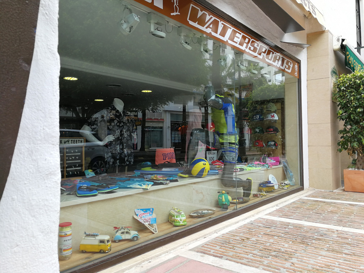 Magnificent commercial premises, currently working as an accessories store in Puerto Banus. 100 m2 o, Spain