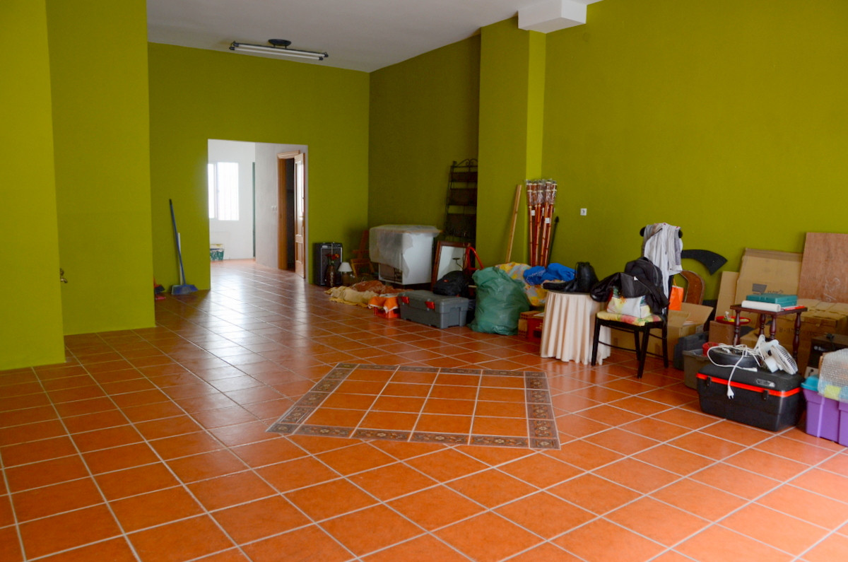 SOLID BUSINESS INVESTMENT OPPORTUNITY IN AN EXCELLENT HIGH TRAFFIC AREA WITH GREAT EXPOSURE. Do not ,Spain