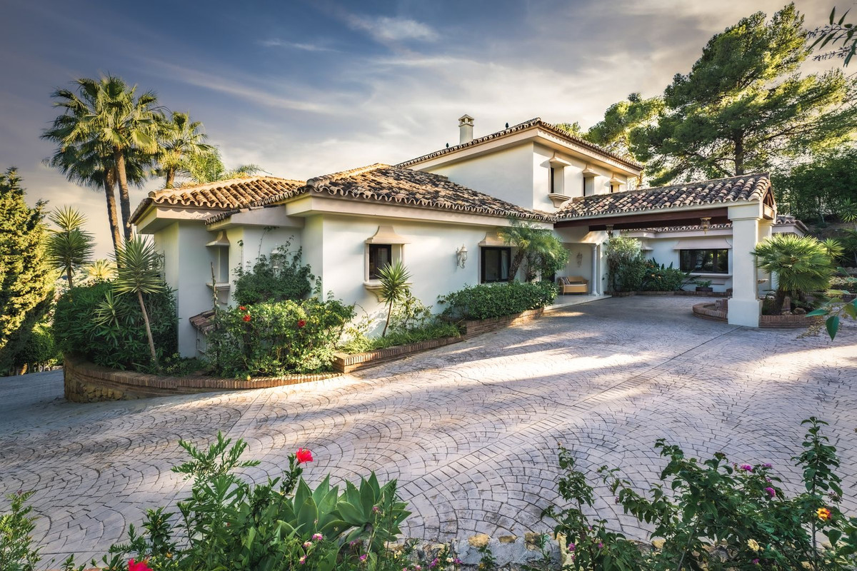 Set in La Cerquilla an exclusive residential area of Nueva Andalucia nestled between world-class gol,Spain