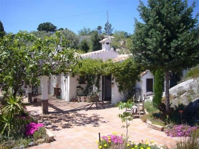 Almost 800 meters height above sea level lies this lovely rustic finca situated right at the boundar,Spain