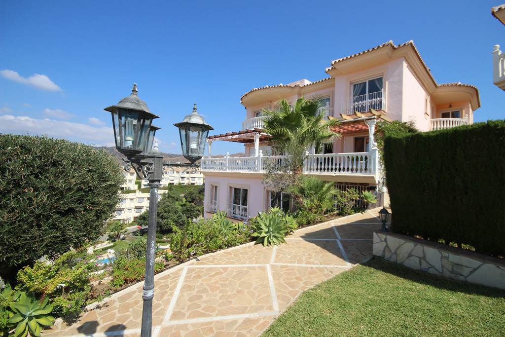 This opulent and large family villa has been tailor-made and built up to high standards. The house i,Spain