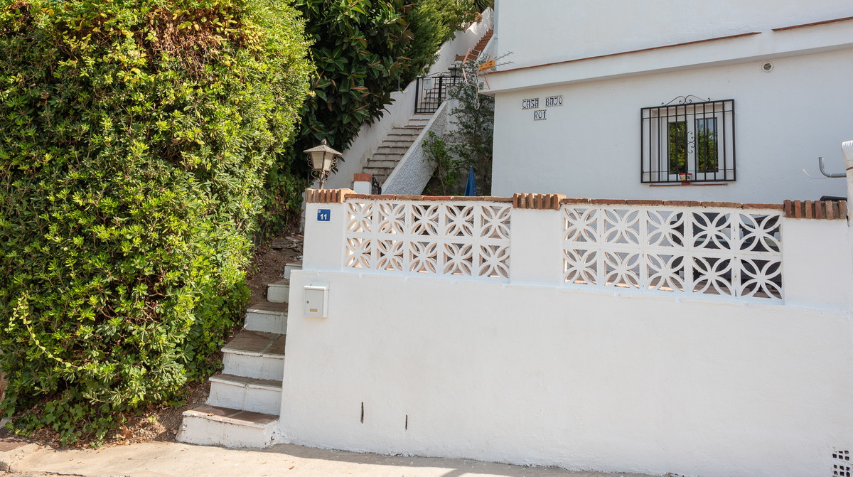 We are please to offer for sale this beautifully presented 1 bed 1 bath duplex located in a prime po, Spain