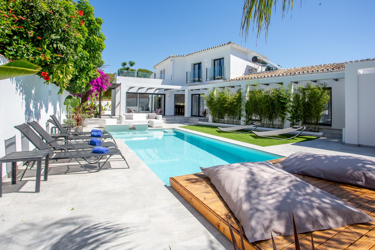 LUXURY CONTEMPORARY-CLASSIC STYLED VILLA in PUERTO BANUS 5-bed, 6,5-bath,  fully furnished detached ,Spain