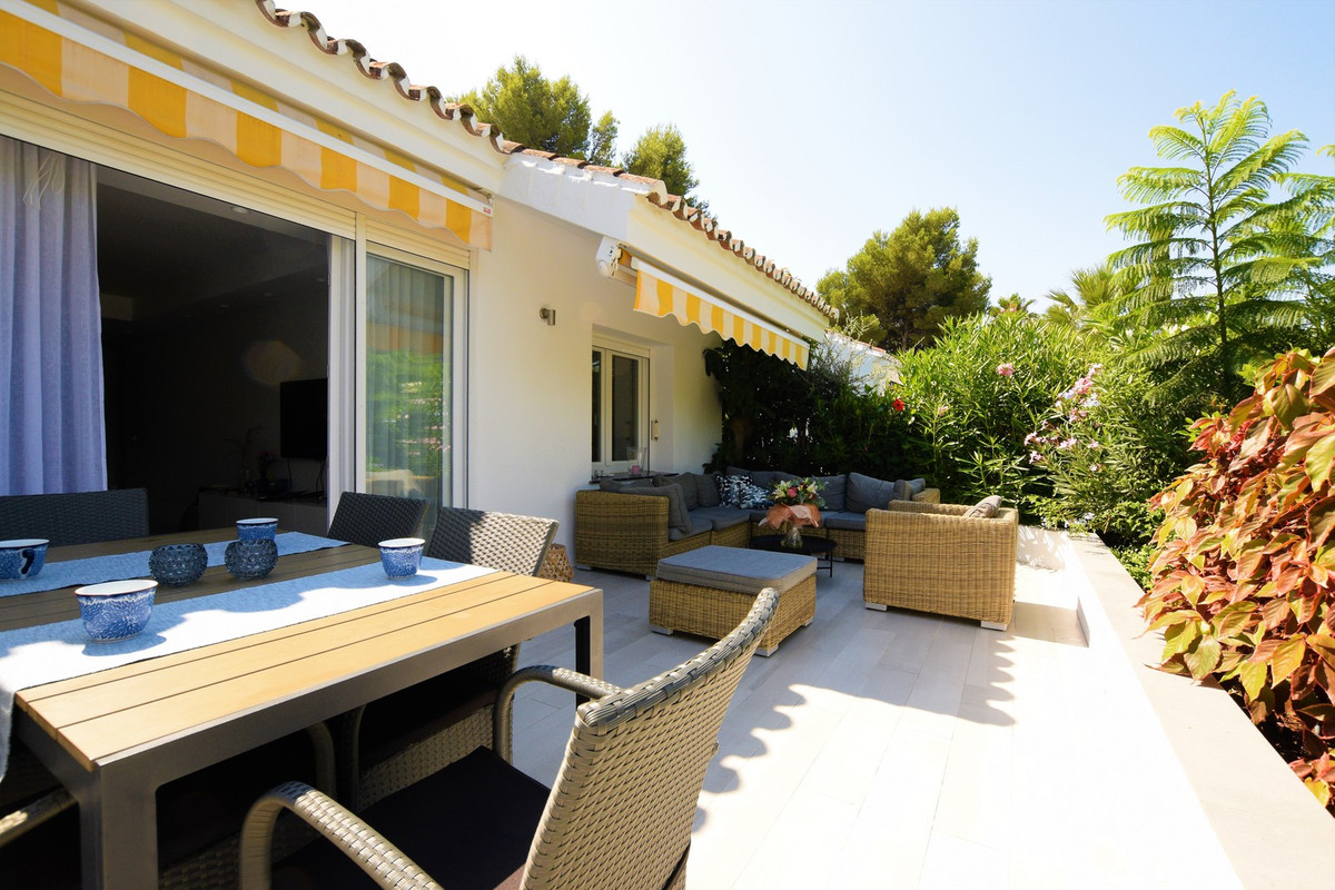 Newly renovated 3 beds, 2 baths apartment close to Centro Plaza in Nueva Andalucia. This luminous so,Spain