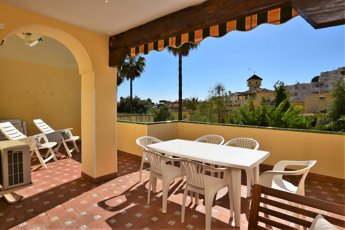 This spacious apartment is located in a popular gated complex in the lower part of Riviera del Sol. ,Spain