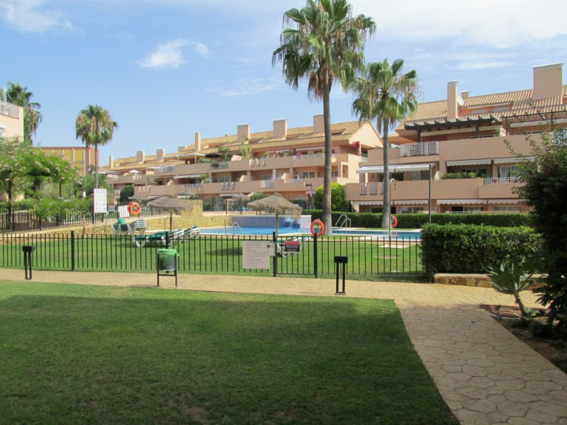 Excellent apartment  with 2 bedrooms and 2 bathrooms  in Elviria. A fully equipped kitchen, gardens ,Spain