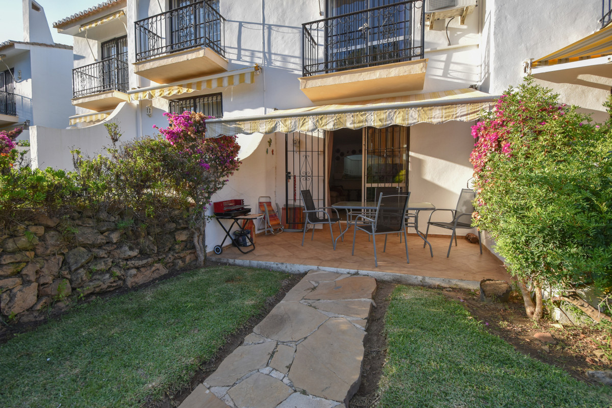 Looking for a cozy apartment close to all kinds of restaurants, shops and the beach?  Located in one,Spain