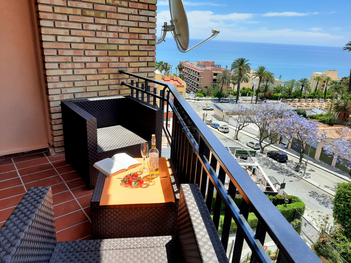 Bargain! Top floor studio for sale walking distance to the beach, with stunning sea views. Set in an,Spain