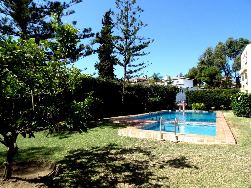 Bargain! Southwest facing apartment for sale in the residential area of La Sierrezuela, just on the , Spain