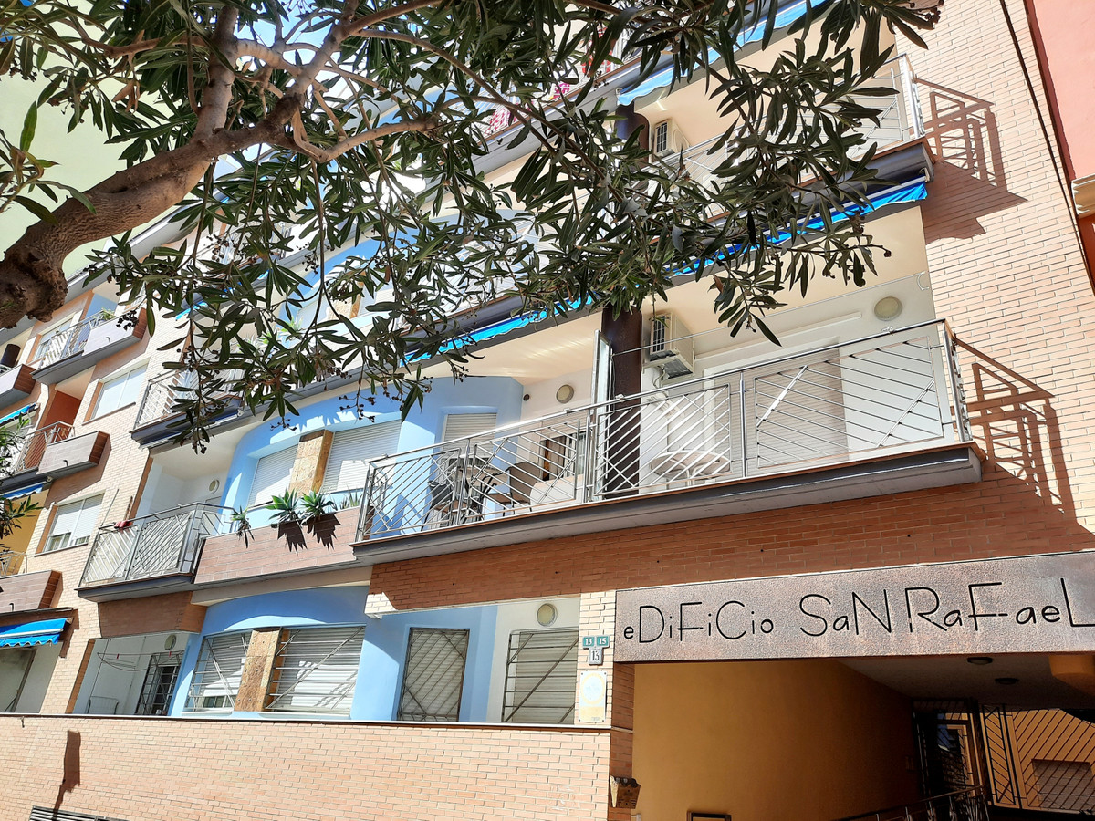 Lovely 2 bedroom apartment with parking, set in an attractive building second line beach in Fuengiro,Spain