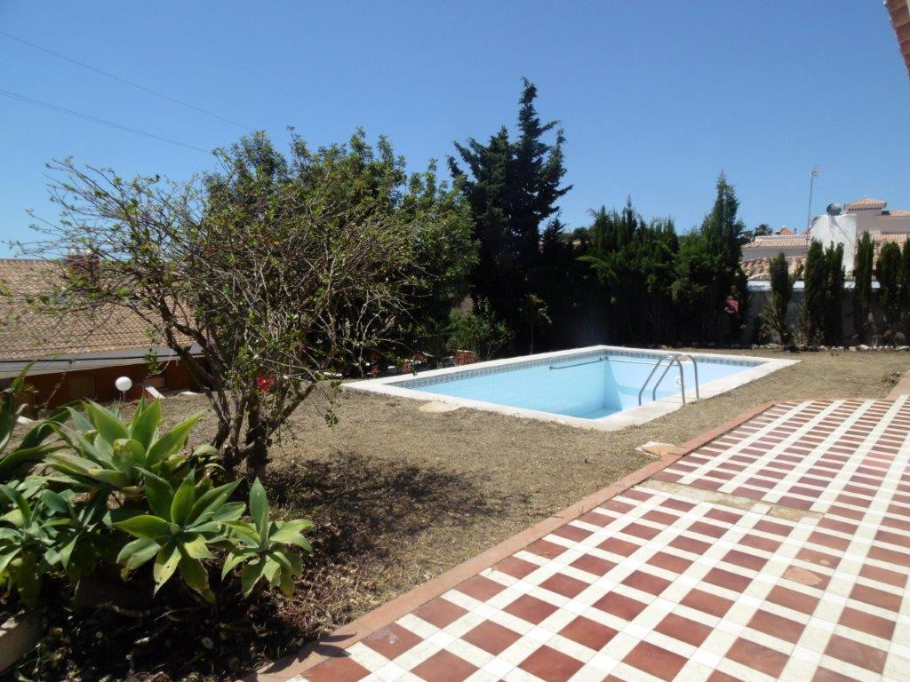 Sunny villa on one floor for sale in lower Torreblanca with pool. The house has a flat plot with sea, Spain