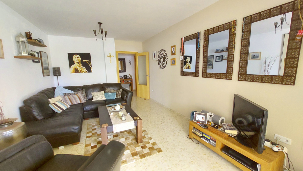 Beautiful apartment for sale in Fuengirola, set in an urbanization with community pool and gardens. , Spain