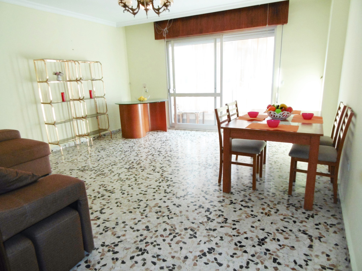 Right in the centre of Fuengirola, on the Costa del Sol, large apartment for sale with a communal ro,Spain