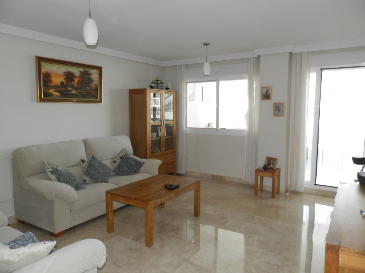Immaculate 2 bedroom elevated ground floor apartment with partial sea views. Situated in Atalaya Gol,Spain