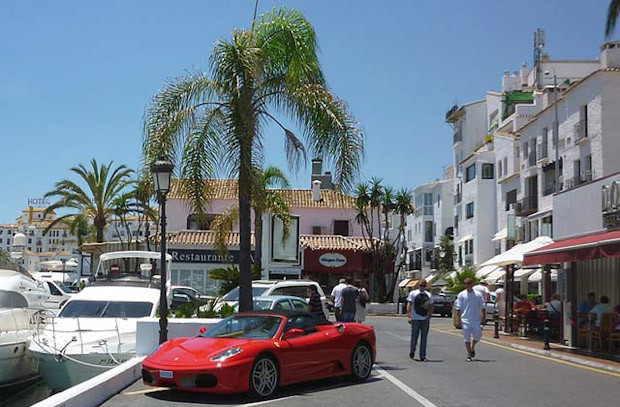 Wide apartment located in Puerto Banus in Avenida Julio Iglesias. Ideal for those who want to enjoy ,Spain